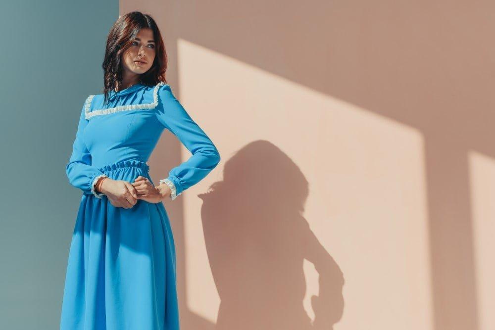 Kvinde i flot langærmet kjole